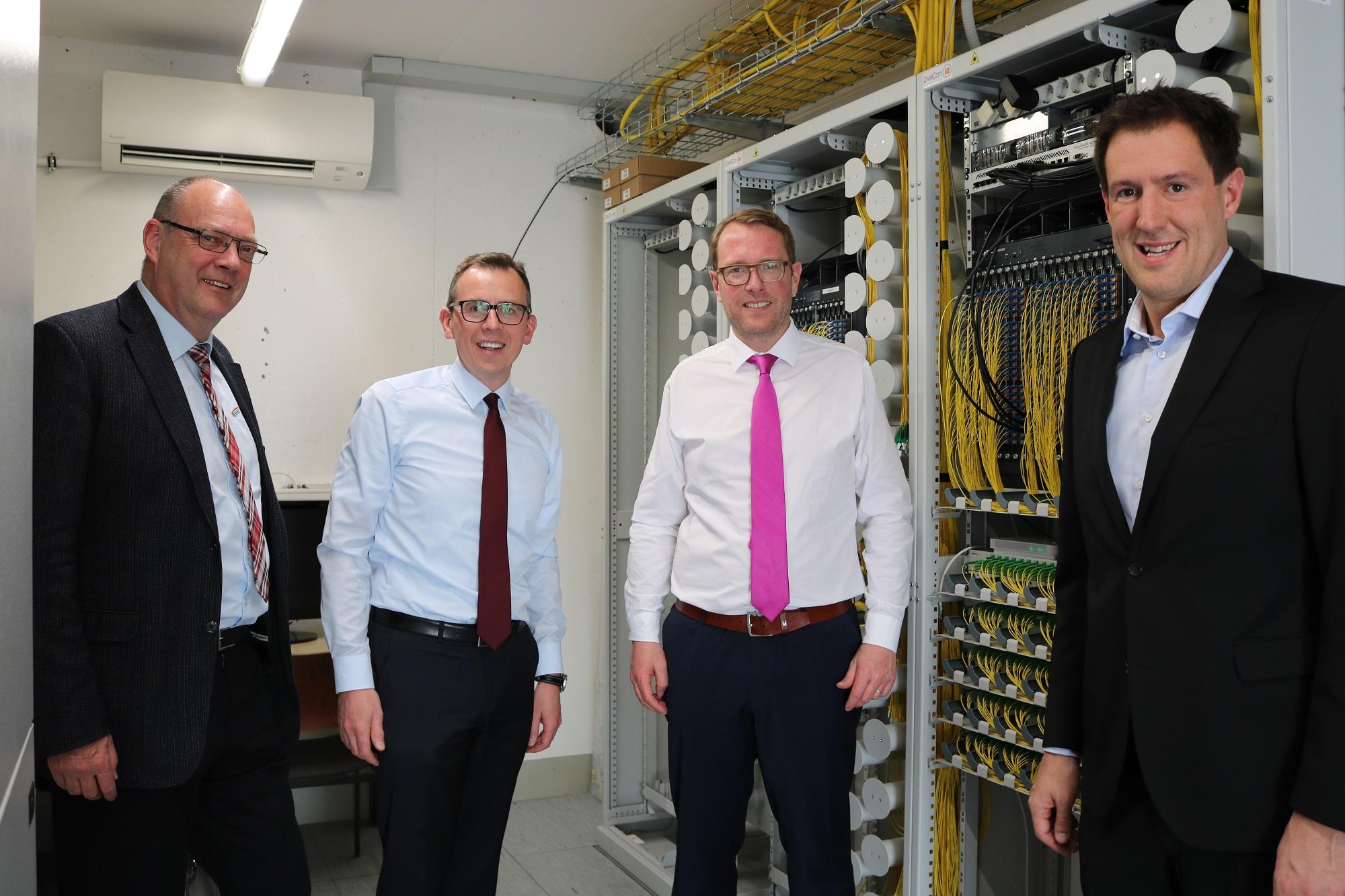 Der niedersächsische Staatssekretär für Digitales, Stefan Muhle, überzeugt sich im Schwarzwald-Baar-Kreis vom vorzeigbaren Ausbau einer zukunftsweisenden Glasfaser-Infrastruktur.