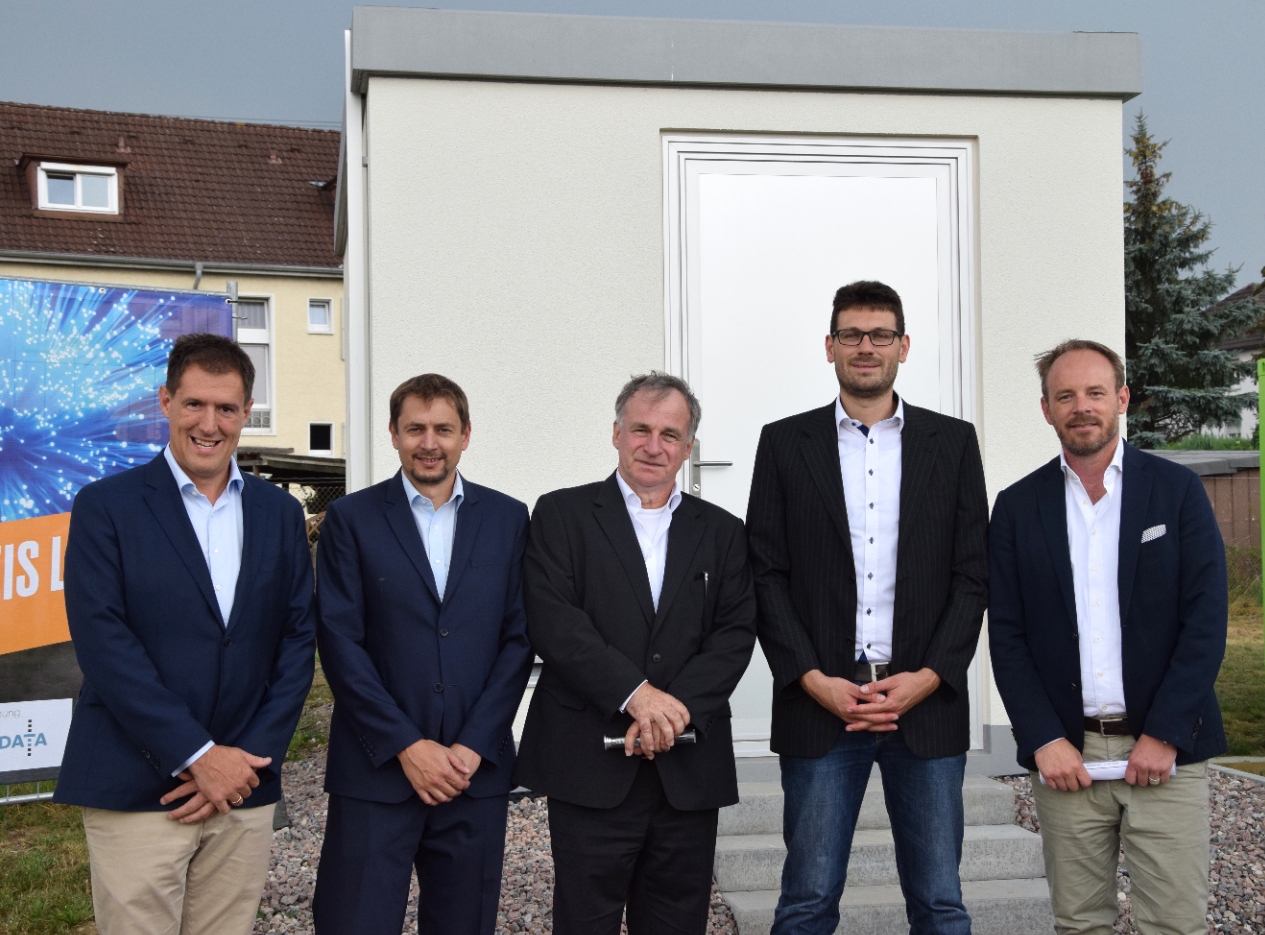 Die Verantwortlichen für den Bau des neuen Glasfasernetzes im Landkreis Lörrach bei der Inbetriebnahme des Backbones