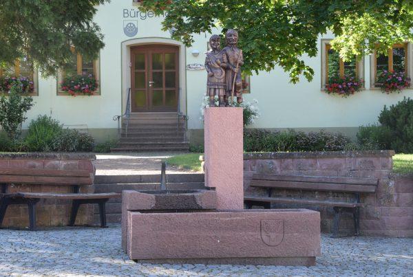 Der Narrenbrunnen steht auf dem Dorfplatz inmitten von Hubertshofen, einem Ortsteil von Donaueschingen