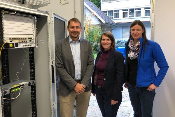 Das Ortsnetz in Gütenbach ist in Betrieb, sodass Hausanschlussnehmer ab sofort über Glasfaser surfen können.