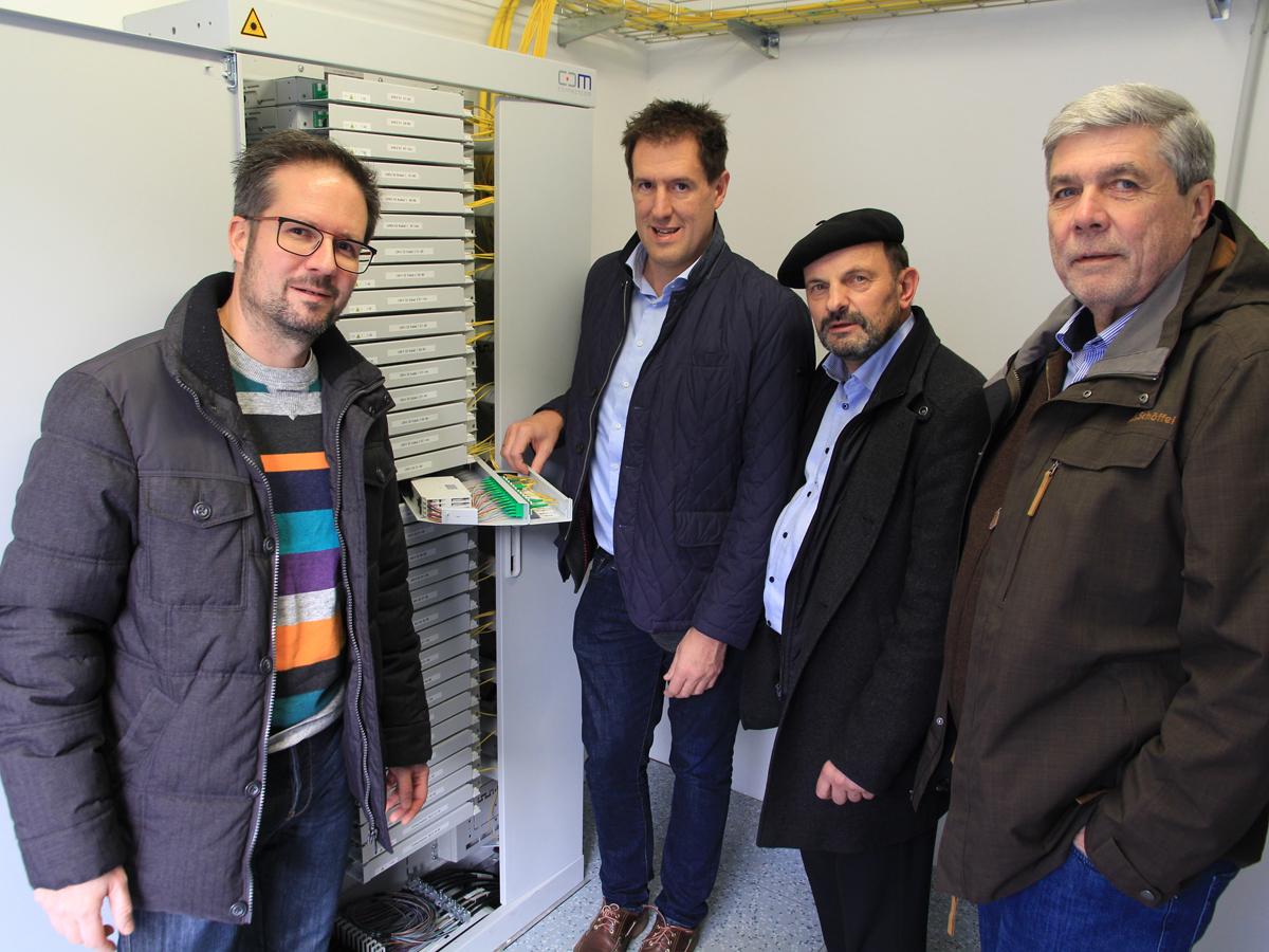 Im Technikstandort in Neukirch zeigt Felix Stiegeler, wo die Hausanschlüsse zusammenlaufen.
